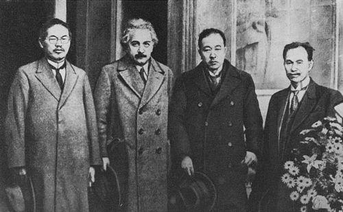 アインシュタインが東北帝国大学を訪問した際の記念写真(1922年12月)左から本多光太郎、アインシュタイン、愛知敬一、日下部四郎太。Wikipediaより