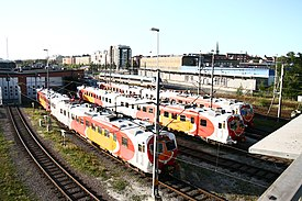 Regionale pendultoge i Östgötatrafikkens farver ved lokomotivstalde i Linköping.