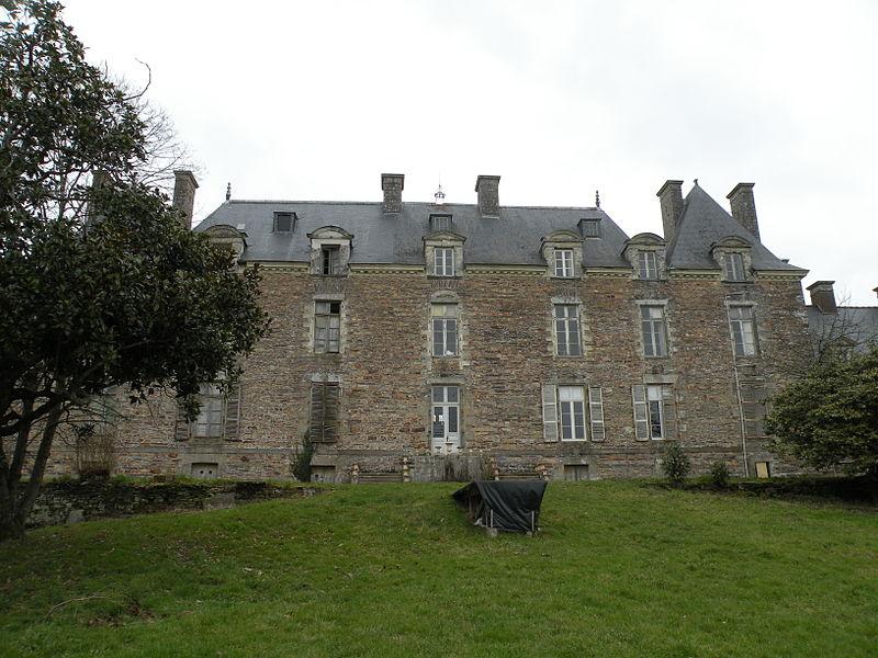 Southern façade of the castle of La Chapelle-Bouëxic.