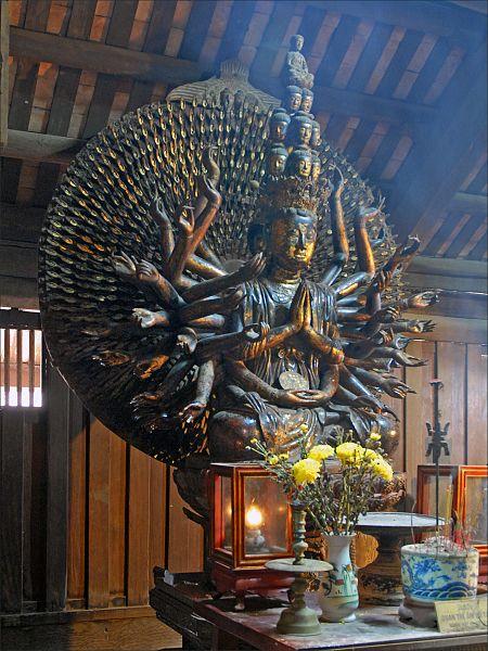 File:La statue de Quan Am dans la pagode But Thap 2.jpg
