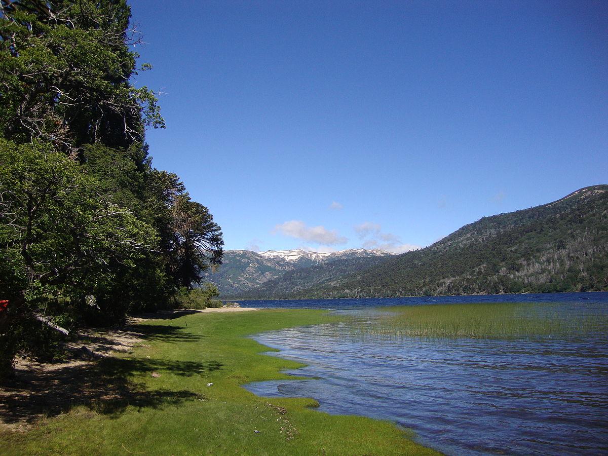 «Lago ruca choroy» por Rubén Daniel De Bona - Trabajo propio. Disponible bajo la licencia Public domain vía Wikimedia Commons.