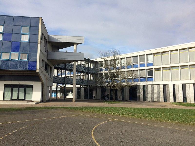 Une vue du bâtiment prépa ainsi que d'une partie du bâtiment principal