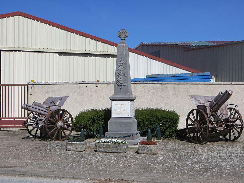 Monument aux morts de la commune, flanqué de deux canons.