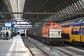 Locon 220+Vuiltrein, Amsterdam Centraal (15493332811).jpg