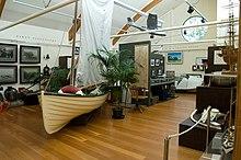Fotografia della sala principale del Lord Howe Island Museum con varietà di reperti