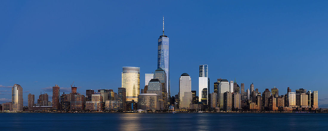 Panorama de Lower Manhattan desde Jersey City (Nueva Jersey). En el centro se levanta el One World Trade Center, de 541 m de altura.