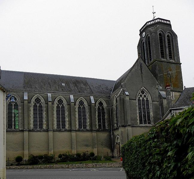 Église Saint-Pierre de Méral (53). Vue méridionale.