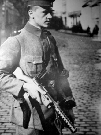 Machine pistol - A Berlin policeman carries an MP 18 in this 1919 photo
