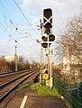 Mainz- Abzweigstelle Kaiserbrücke West- Haltestelle Mainz Nord- auf Bahnsteig zu Gleis 1- Richtung Wiesbaden- ungültige Signale 16.3.2014 (cropped).jpg