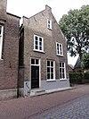 foto van Huis met zadeldak en aan de voor- en achterzijde elk een topgevel