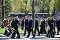 Ministru prezidents Valdis Dombrovskis piedalās svinīgajā vainagu nolikšanas ceremonijā Rīgas Brāļu kapos, atzīmējot Nacisma sagrāves dienu un pieminot Otrajā pasaules karā bojāgājušos (7157166608).jpg