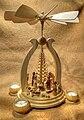 Moderne Weihnachtspyramide mit Krippe.jpg