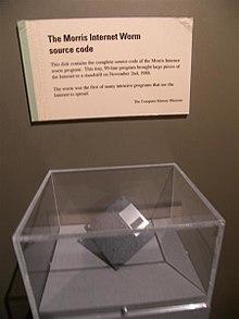 Dischetto contenente il codice sorgente del worm Morris, il primo worm ad alta diffusione, esposto nel Computer History Museum di Mountain View