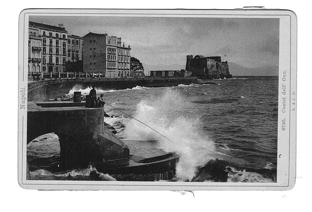 Photo noir et blanc du chateau depuis la jetée.