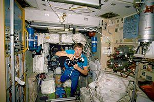 Cosmonauta Sergei Krikalev dentro do módulo de serviço Zvezda, Novembro de 2000.