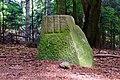 ND WL 00013 Teilstück des Wanderblocks nordischer Herkunft mit eingehauenem Kreuz und Wappen der Herren von Heimbruch, Schrägansicht von Süden.jpg