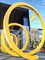 Obra Espiral de Osvaldo Peña en el World Trade center en Santiago.jpg