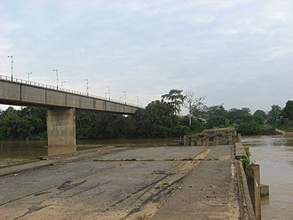 Pahang River - Image: Old Temerloh bridge damaged in 1972 flood