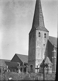 Overzicht kerktoren met grafkruizen op voorgrond - Bergen - 20407222 - RCE.jpg