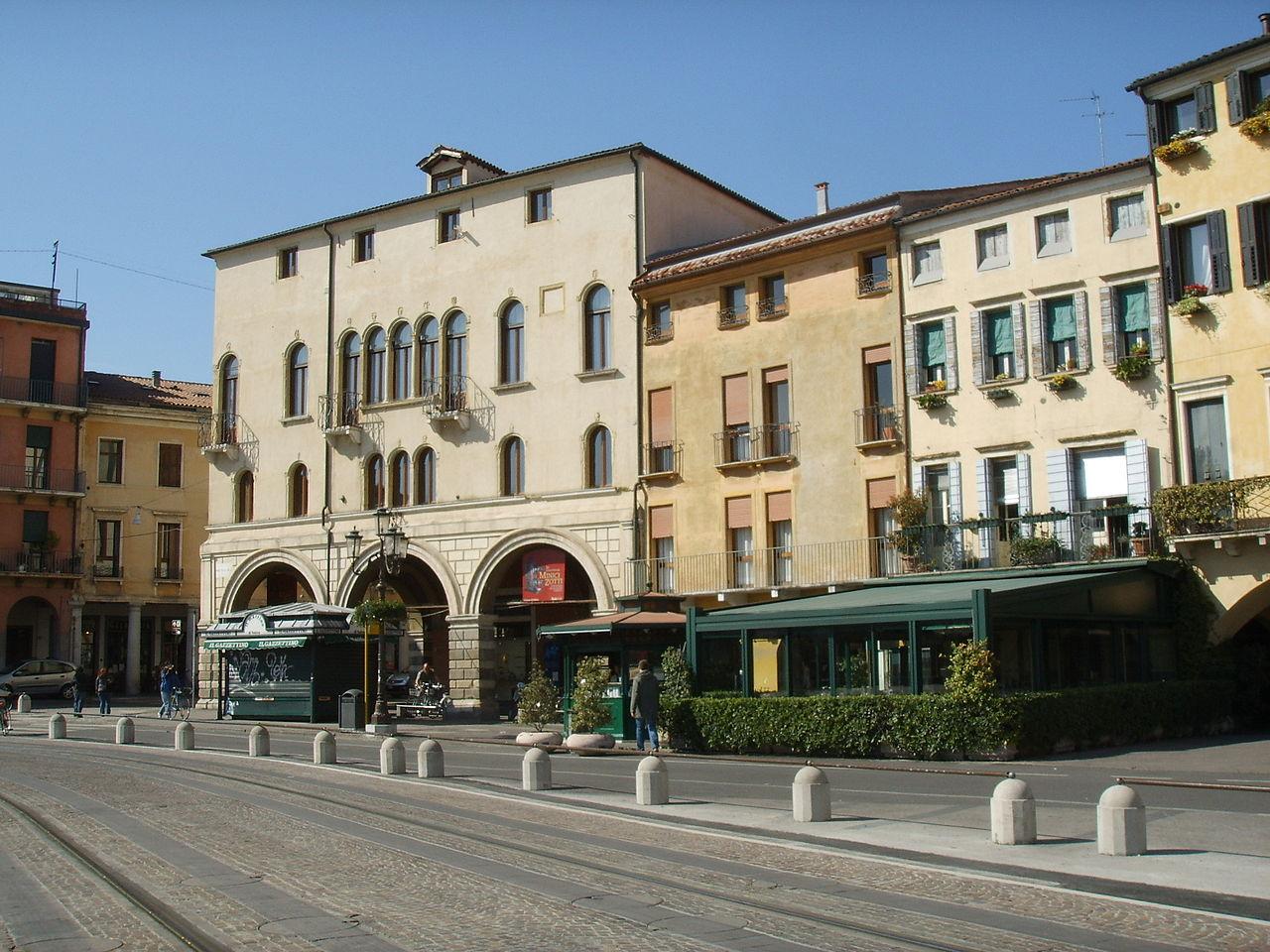 File padova prato della valle edifici jpg wikimedia for Prato della valle oggi