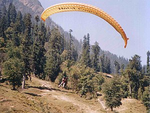 English: Paragliding in Solang Valley in India...