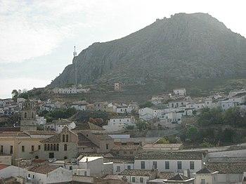 Peña de Martos, en cuya cima se asienta el castillo