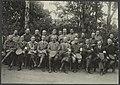 Philips Visser (zitend vierde van links) met een groot gezelschap oficieren, Bestanddeelnr 17 29.jpg