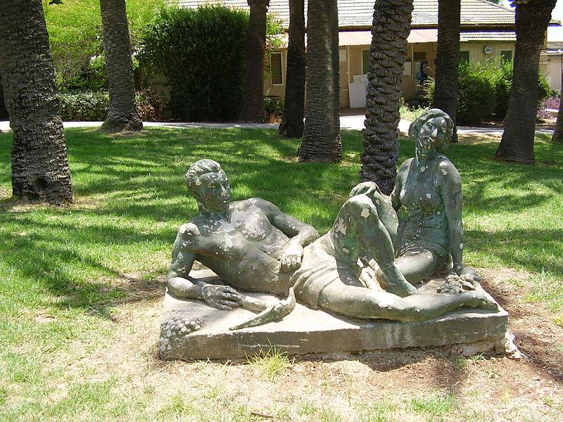 פסל של דוד פולוס בתל יוסף