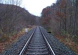 Pod Hamrštejnem, železniční most, od Andělské Hory.jpg