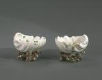 Porslin. Två saltkar, vita med blomsterdekor - Hallwylska museet - 89293.tif