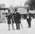 Primoli, Giuseppe - Louis Ganderax und Henri Meilhac am Markt (Zeno Fotografie).jpg