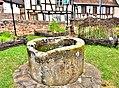 Puits ancien dans le jardin médiéval.jpg