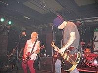 Punk rocková kapela hrající hudbu