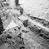 rechtsboven torenmuuur met daar uitstekende fundering van de verlenging der tufstenen kerk, opgraving fundering - batenburg - 20028310 - rce