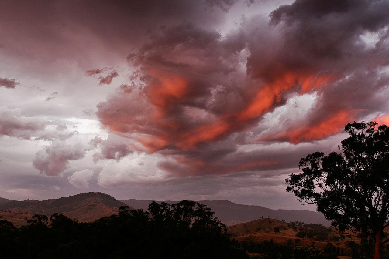 Réflexion sanguines du soleil sous les nuages, au crépuscule. (définition réelle 1600×1067*)