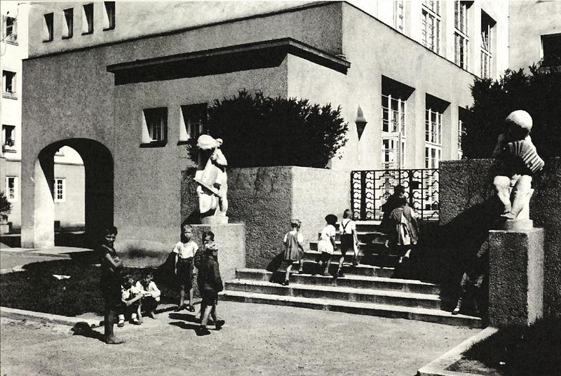 File:Reismannhof Kindergarten.jpg