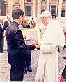 Remise de la toile de Luc Tanguay au Pape Jean-Paul II.jpg
