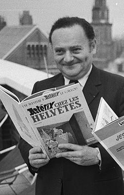 René Goscinny kezében az Asterix egyik kiadásával