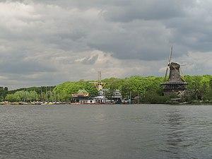 Kralingen - Image: Rotterdam Kralingen, de twee molens met de Kralingse Plas foto 7 2012 05 13 14.10