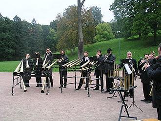 Eine gruppe der russisch horn kapelle aus st petersburg spielt vor