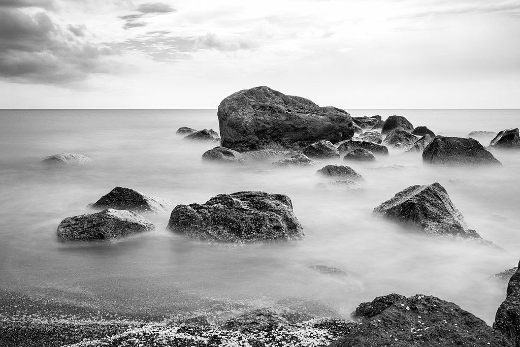 Santorin (GR), Exomytis, Vlychada Beach -- 2017 -- 2999 (bw).jpg
