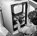 Schippersvrouw Rieb bij de koelkast in haar kombuis aan boord van de Damco 9, Bestanddeelnr 254-1471.jpg