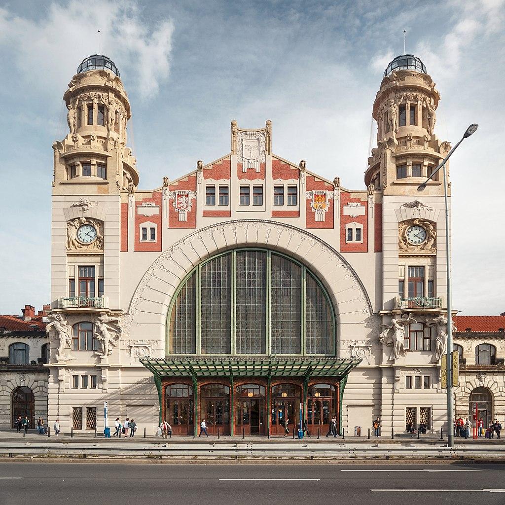 Façade art nouveau de la gare centrale de Prague - Image de Lynx1211