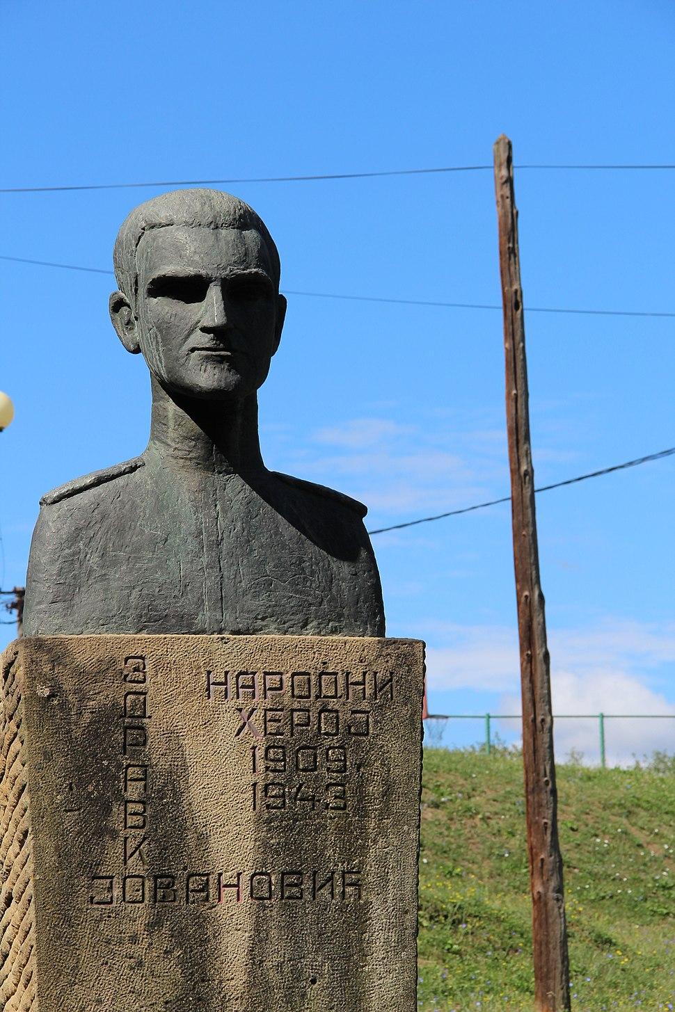 Selo Valjevska Kamenica - opština Valjevo - zapadna Srbija - spomenik Zdravku Jovanoću autora Vide Jocić 1