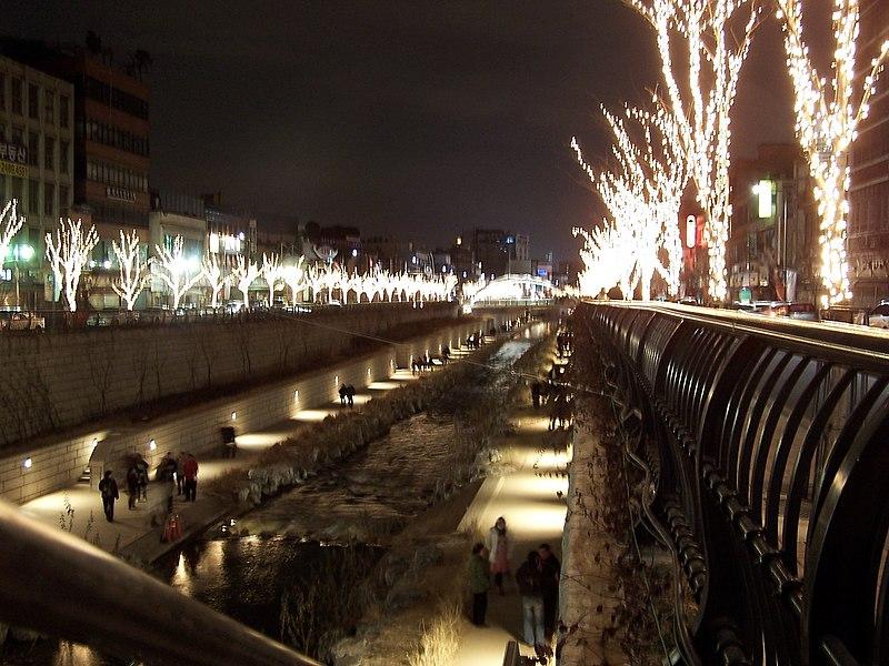 800px Seoul Cheonggyecheon at night Kalaulah Sungai di Malaysia macam di Korea