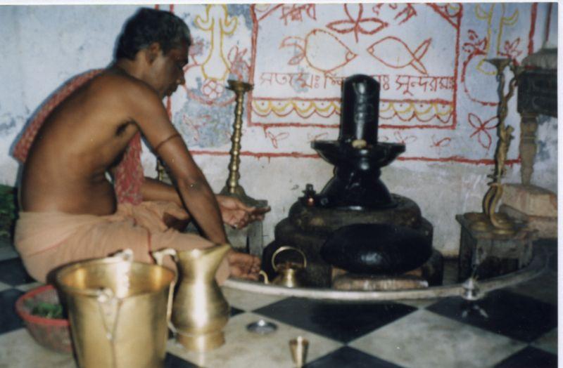 File:Shivalinga Puja.JPG