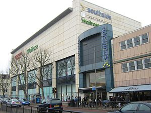 Southside Wandsworth - Garratt Lane entrance, showing a redeveloped and extended part of the centre (on the left, with the cinema above the shops), and the lower 1971 structure (on the right)