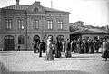Strömstad.Tullhus i Hamnen, plats med folk - Nordiska Museet - NMA.0056819.jpg