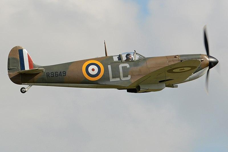 Supermarine Spitfire Vb %E2%80%98R9649 - LC%E2%80%99 (G-CISV - EP122) (35522161724).jpg