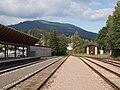 Svoboda nad Úpou, kusé zakončení trati a autobusové nádraží.jpg